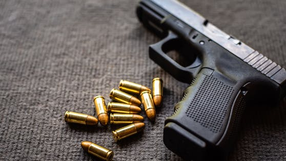 Eine Schweizerin hat ihren Partner beschuldigt, ihr ins Bein geschossen zu haben.Die Frau hatte das Ganze aber inszeniert.