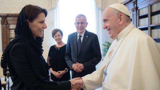 Europaministerin Edtstadler beim Papst-Empfang.