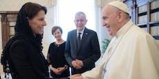 Edtstadler verrät, wieso sie bei Papst Schleier trägt