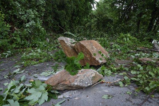 Die Felsbrocken stürzten auf den beliebten Radweg in Aschach/Donau.