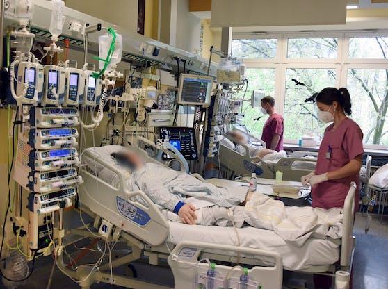 Corona-Patienten und -Medizinpersonal auf einer Intensivstation eines Spitals.