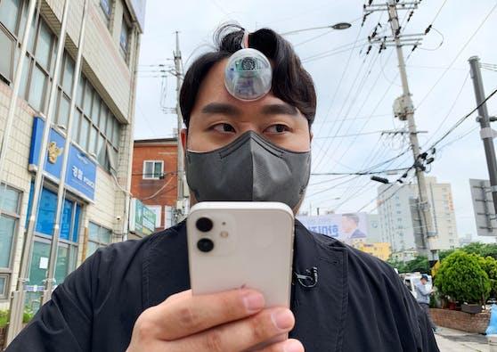 """Das """"dritte Auge"""" von Paeng Min-wook warnt mitUltraschallsensor und Warnton vor Hindernissen."""