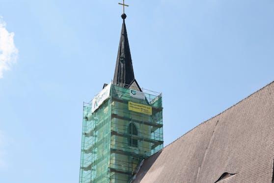 In Roitham sorgt ein ÖVP-Plakat auf einem Kirchturm für Wirbel.