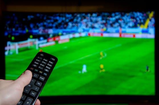 Angestellte können ihren Job riskieren, wenn sie ohne ausdrückliche Erlaubnis des Arbeitgebers gemeinsam mit den Kolleginnen und Kollegen in der Arbeitszeit Fußball schauen.