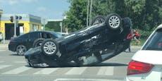 BMW bleibt nach Crash in Wien-Donaustadt am Dach liegen