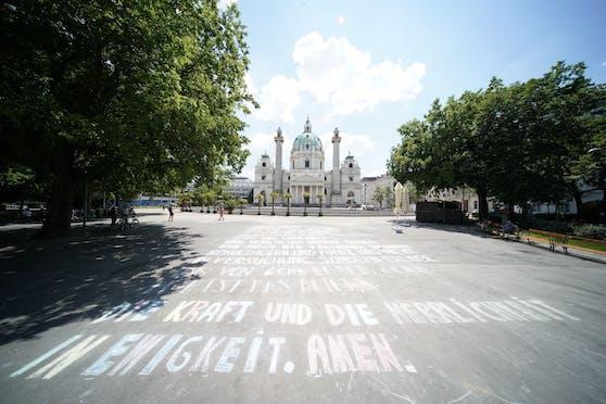 Ein großes Kreide-Graffiti wurde vor der Karlskirche angebracht.
