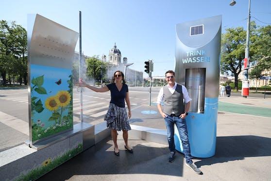 Stadträte Sima und Czernohorszky präsentieren die neuen Wasserinstallationen.