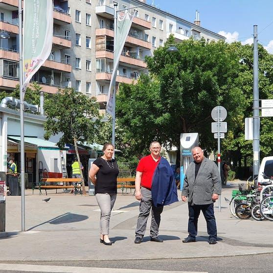 Nach der Bürgerbefragung startet nun die Umgestaltung des Hannovermarkts in der Brigittenau. (v.l.n.r.) Bezirksvorsteher-Stellvertreterin Christine Dubravac-Widholm, Bezirkschef Hannes Derfler und der Brigittenauer Gemeinderat Erich Valentin (alle SP) stellten nun die Pläne vor.