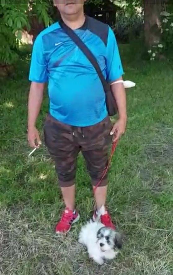 Dieser slowakische Mann, bot den kleine Welpen vor einer Lidl-Filiale in Oberösterreich.