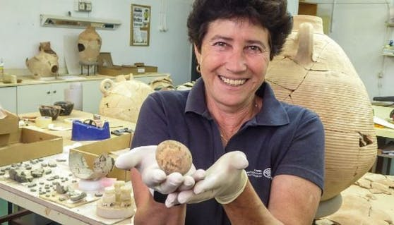 Archäologin Alla Nagorsky mit dem Relikt.
