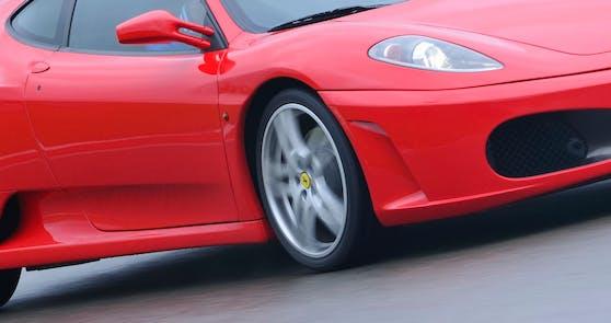 Die Frau hatte sich den Ferrari für eine Probefahrt geliehen. Symbolfoto.