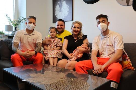 (v.li.): Rettungssanitäter Matthias Pfeiffer, Vater Dominik, Schwester Amelia (5 Jahre), Mutter Izzbela mit Baby Blanka und Rettungssanitäter Sascha Hofbauer