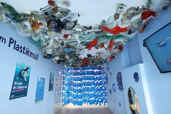 """Im Haus des Meeres zeigt die Ausstellung """"Wir und das Meer"""" die Verschmutzung der Meere durch Plastik."""