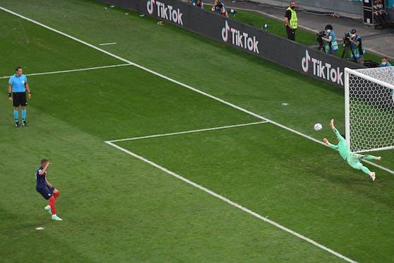 Kylian Mbappe scheitert im Elfmeterschießen an Yann Sommer.