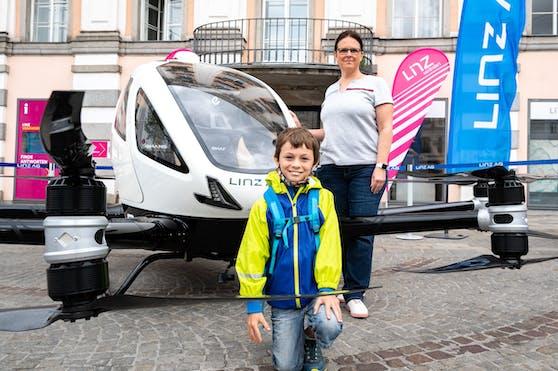 Schüler Leonard (8) und Lehrerin Nikola Mader bewunderten die Drohne.