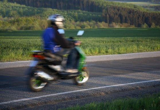 Ein Jugendlicher auf einem Moped. Symbolbild