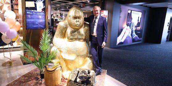 Reinhold Gütebier (68) bleibt Kika/Leiner-Boss, hat um weitere drei Jahre verlängert. Und ja, den Gold-Gorilla im Bild kann man um 2.700 Euro kaufen.