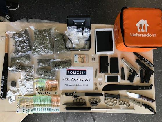 Drogen, Waffen und viel Bargeld wurden von der Polizei sichergestellt.