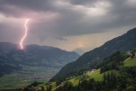 Gewitter-Blitz in den Tiroler Bergen. Symbolbild
