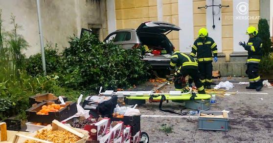 Das erste Foto vom Unfallort: Der silberfarbene Pkw fuhr in eine Menschenmenge vor einem Gemüsestand. Mehrere Menschen wurden schwer verletzt.