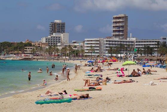 Touristen auf Mallorca: Viele Delta-Fälle in OÖ haben ihren Ursprung in Spanien.