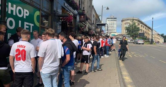 England-Fans stehen Schlange vor dem Pub