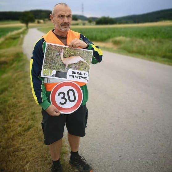 Bürger appellieren mit Schilder langsam zu fahren.