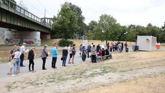 Auch am Sonntag war der Andrang auf die neue Impfbox auf der Donauinsel groß.