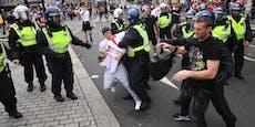 Prügelnde Fans versuchen das Wembley zu stürmen