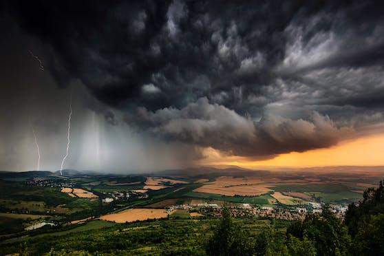 Heftige Gewitter ziehen auf. (Symbolbild)