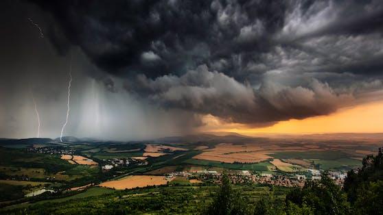 Nach der Hitzewelle wird es in der kommenden Woche etwas unbeständiger. Sonne und Regen wechseln sich ab (Symbolbild).
