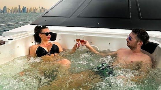 Walter Temmer und seine Susi machen mit Internet-Domains und Immobilien Millionen. Dennoch legen sie sich nie auf die faule Haut. Selbst im Dubai-Urlaub wird gearbeitet und im eiskalten Whirlpool mit heißem Champagner ein Werbevideo gedreht.