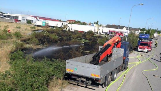 Flurbrand: Flammen drohten auf Lkw überzugreifen
