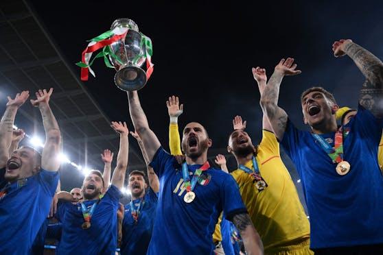 Leonardo Bonucci stemmt den EM-Pokal in den Londoner Abendhimmel.