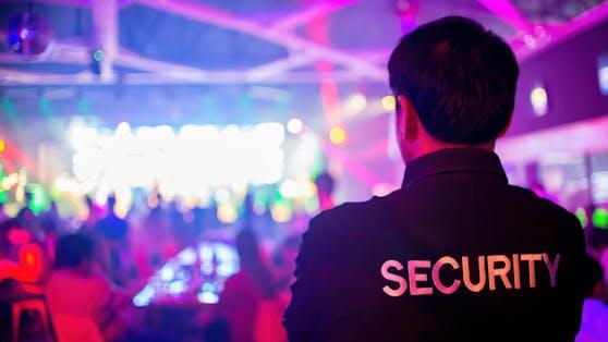 Ein 20-jähriger Discobesucher ging auf Securitys und Polizisten los, weil er seine Rechnung nicht bezahlen wollte (Symbolfoto)
