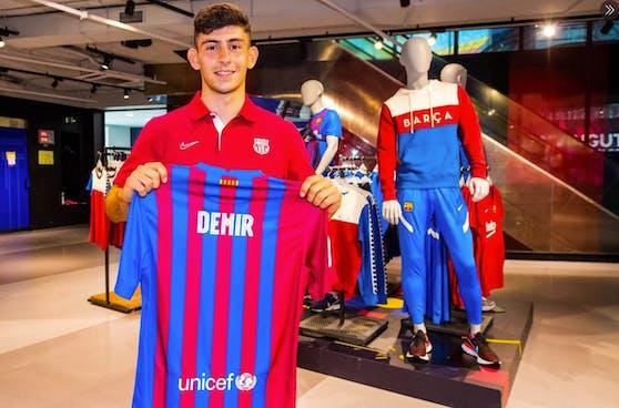 Yusuf Demir mit seinem Barcelona-Trikot