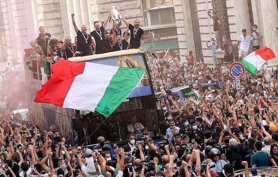 Italien feierte den Titel im offenen Doppeldecker-Bus.