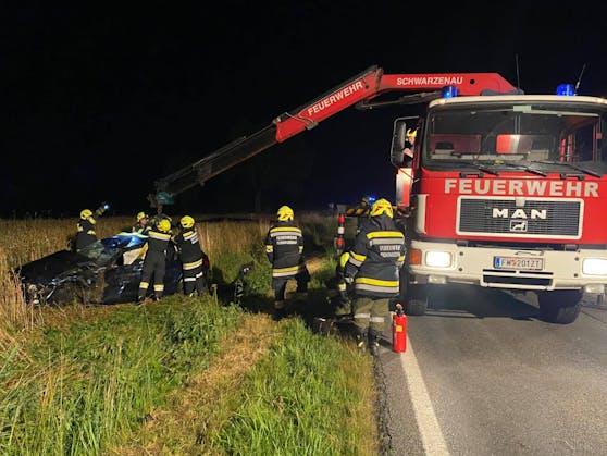 Die Feuerwehr hob das Wrack mit dem Ladekran auf.