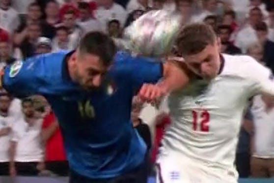Der Ball springt von Cristantes Ärmel ab. Sein Ellbogen ist im Gesicht von Trippier.