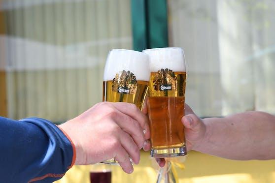 Die beiden Männer wurden angetroffen, als sie im Lokal Bier getrunken haben. Symbolbild.