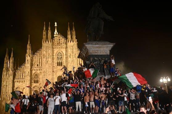 Fanmassen feiern den Titel auf der Mailänder Piazza del Duomo.