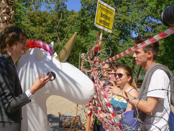 Die Sozialistische Jugend sperrte bei einer Medienaktion den Karlsplatz-Teich, um auf Forderungen für mehr freie Seezugänge in Österreich aufmerksam zu machen.