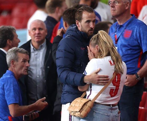 England-Kapitän Harry Kane tröstet seine Ehefrau Kate.