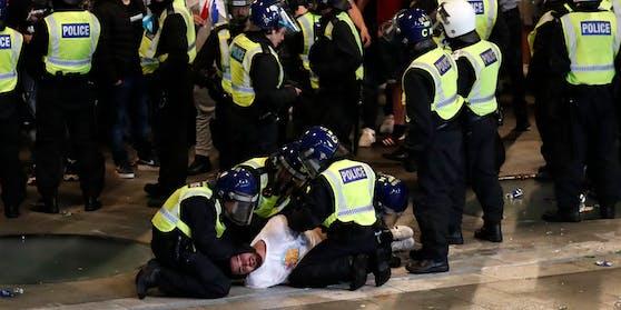 Londons Polizei nimmt einen Fan fest.