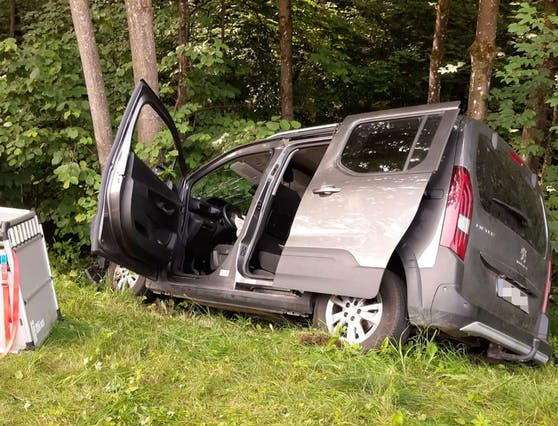 Bilder der Unfallstelle: Pkw-Crash mit Eigenverletzung am 13. Juli 2021 in Kirchbichl (T).