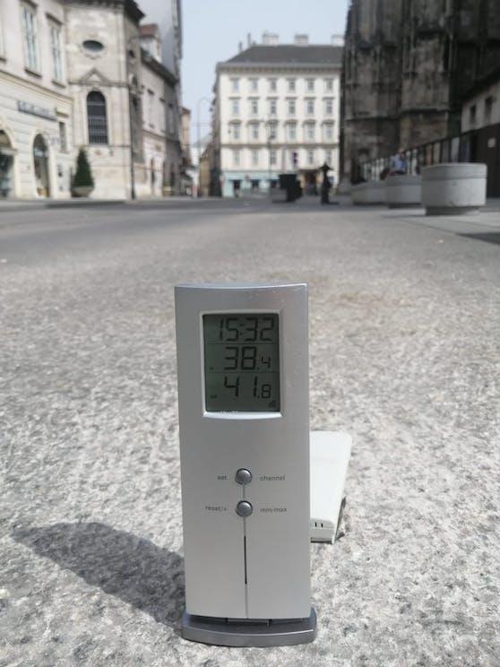 Um 15:32 hatte es am Wiener Stephansplatz 38,4 Grad in der Sonne. Der Boden war bereits auf 41,8 Grad aufgeheizt.