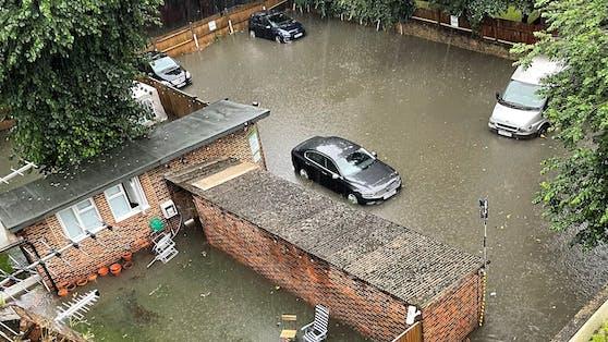 Zahlreiche Straßen sind überflutet.