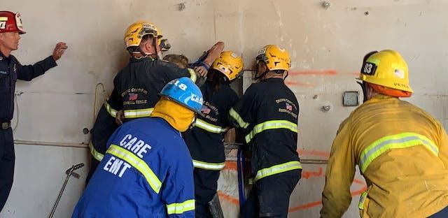 Nackt feuerwehr Feuerwehr rettet