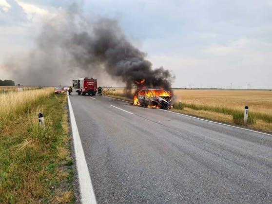 Die Feuerwehr löschte die Flammen nach dem Verkehrsunfall