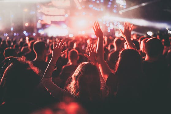 Bei einem Festival haben sich nachweislich 1.000 Personen mit dem Coronavirus infiziert.